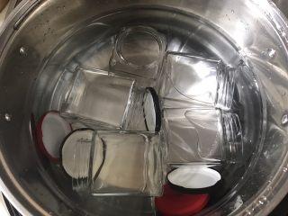黄桃罐头,玻璃瓶先洗干净放锅中,水要没过瓶子大火烧半个小时消毒