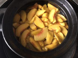 黄桃罐头,水开后放入黄桃块
