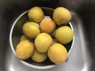黄桃罐头,黄桃洗干净