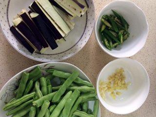 四季豆烧茄子,四季豆掐短,茄子切成小条状,辣椒切片,姜蒜切碎