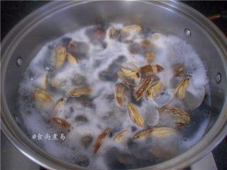 香辣姜葱炒花蛤,锅里烧开适量水,调入一勺盐,将花蛤倒入快速焯熟