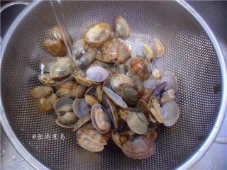 香辣姜葱炒花蛤,捞起,再用自来水冲洗一遍,沥干