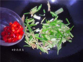 香辣姜葱炒花蛤,倒入小米椒