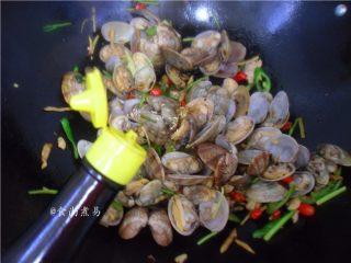 香辣姜葱炒花蛤,调入酱油、少许白糖