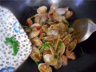 香辣姜葱炒花蛤,撒下葱段,快速翻炒均匀起锅