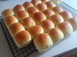 mini小餐包,拿出后马上转移到烤架上散气晾凉。