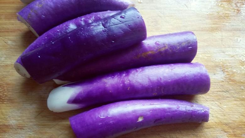 肉末茄子,将茄子去根,洗干净,切段。