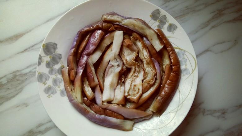 肉末茄子,把蒸熟的茄子摆放在盘子里。