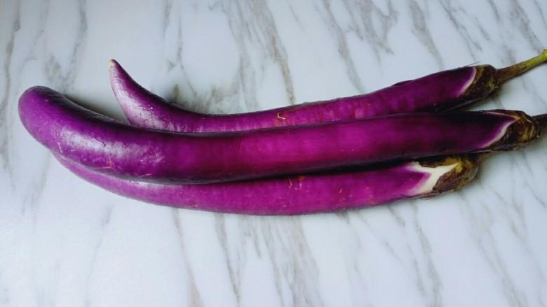 肉末茄子,首先要选这种紫色的细茄子。