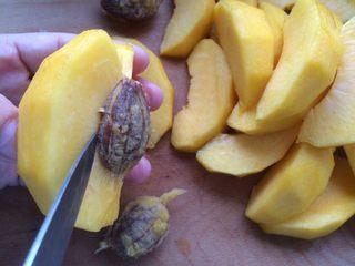 黄桃罐头,然后先取出一小块的黄桃肉,接着水果刀尖的地方在剩余的黄桃肉中黄桃核的根部轻轻划一下就可以轻松取出另外一块了,每取一块都划一下,以此类推。 这样取黄桃肉,黄桃核不会粘一点点肉,去的干干净净的,零浪费。