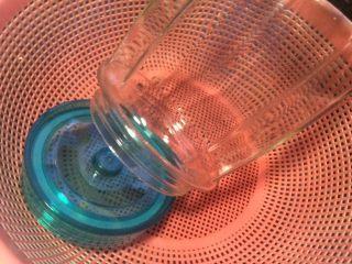黄桃罐头,提前把玻璃罐子先洗干净再用开水烫洗后自动晾干。