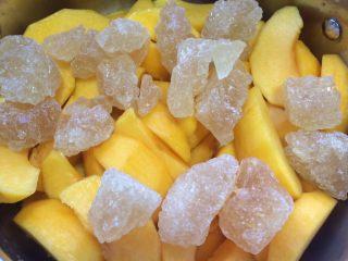 黄桃罐头,所有黄桃去好核后放入锅中,放入老冰糖。