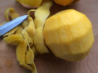 黄桃罐头,洗好之后用水果刀把黄桃去皮。