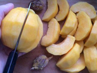 黄桃罐头,然后先用水果刀在黄桃肉的表面划出自己想要的块状。