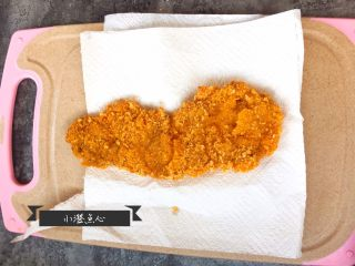 超级酥脆的炸猪排,猪排放在厨房用纸上,用厨房用纸吸出猪排表面多余的油分。