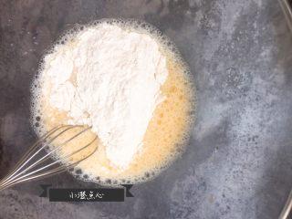 超级酥脆的炸猪排,放入面粉,继续用蛋抽搅拌均匀。