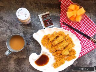 超级酥脆的炸猪排,切块,摆盘,倒入酱料(我这次用的是丘比沙拉汁——日式口味),再配上杯喝的,水果,澄妞点心的下午茶搞定。