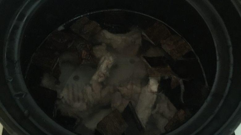 杜仲猪尾骨汤,加入4碗清水即可