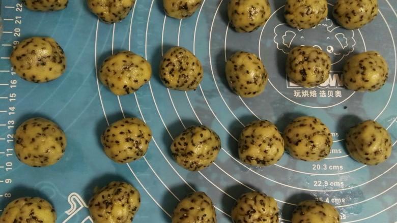 黑芝麻桃酥,平均分成23个20左右的面团。