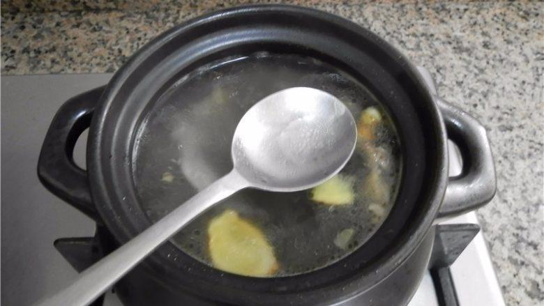 当归鸽子汤,水开后,把锅面上的浮沫清理干净。
