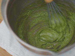 抹茶冰激凌泡芙,蛋黄糊和抹茶粉一大勺搅拌均匀。