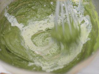 抹茶冰激凌泡芙,煮开的牛奶先少量倒入抹茶糊,防止蛋黄变熟。搅拌均匀后再多次倒入。