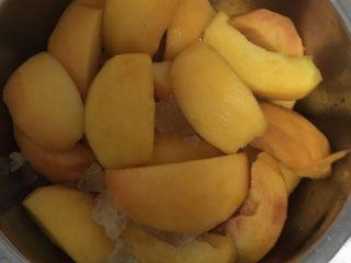 黄桃罐头,一层黄桃一层冰糖铺满为止