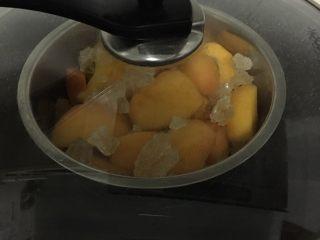 黄桃罐头,放入锅中隔水中火蒸20分钟