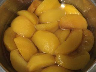 黄桃罐头,蒸好的黄桃稍冷却一下