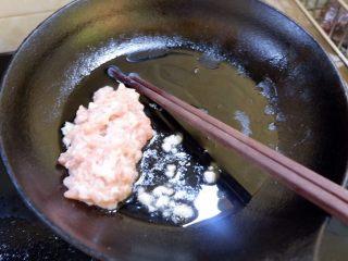 宝宝辅食之肉末蒸冬瓜+冰糖水蜜桃,放入腌好的肉末