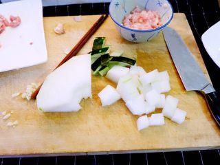 宝宝辅食之肉末蒸冬瓜+冰糖水蜜桃,冬瓜去皮切块,放入容器备用