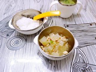 宝宝辅食之肉末蒸冬瓜+冰糖水蜜桃,给小孩子吃这样就可以了,如果大人吃可以泼葱油,淋豉油就有味道了。
