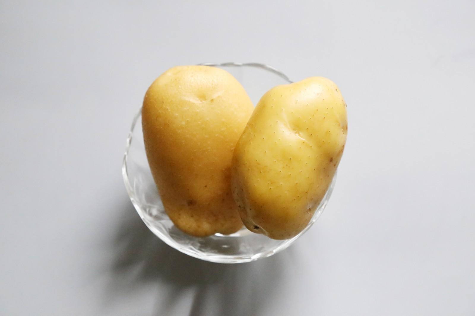 日式土豆沙拉,准备好土豆。</p> <p>选择黄心土豆,吃起来更加绵软。