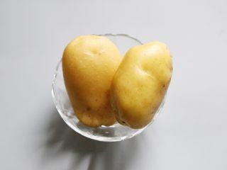 日式土豆沙拉,准备好土豆。 选择黄心土豆,吃起来更加绵软。