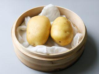 日式土豆沙拉,上锅将土豆蒸熟。 约需要三十分钟,根据土豆大小和多少调整。