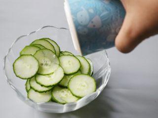 日式土豆沙拉,切片的黄瓜放上适量的盐,腌制约15分钟。