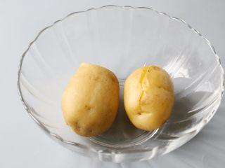 日式土豆沙拉,土豆蒸熟后,拿出来放到不烫手。
