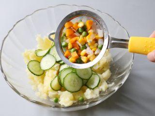 日式土豆沙拉,依次在土豆泥中放入黄瓜、焯烫后的蔬菜。