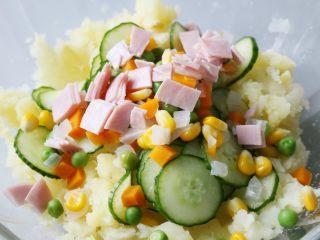 日式土豆沙拉,放入切丁的火腿。