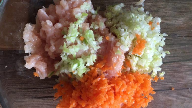 鸡肉蔬菜丸子,剁碎放入碗内