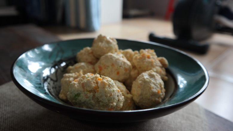 鸡肉蔬菜丸子,单吃的话不好吃 要煮汤时放入盐 还可以。