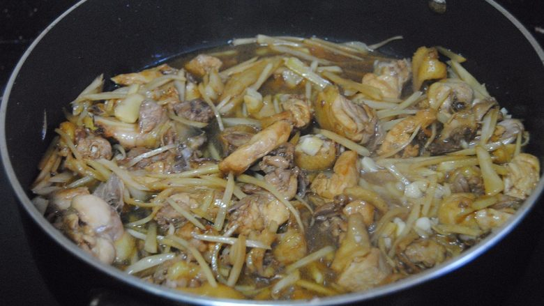 子姜炒鸡,加入半碗清水翻炒均匀,放入适量的盐进行调味收汁就能出锅啦