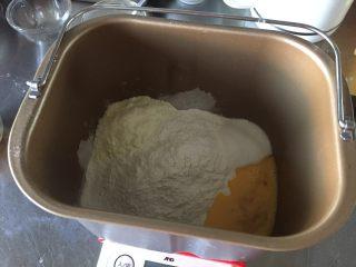奶香玉米餐包,材料里面除黄油和玉米粒以外的所有材料放入面包桶中,面包机揉面一个程序约25分钟