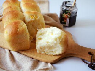 奶香玉米餐包,这个餐包口味比较清淡,适合搭配火腿果酱等等