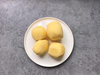 凤尾虾球,食材准备:土豆去皮450g备用(这个是做8个虾球的量)