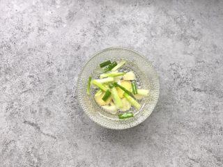 凤尾虾球,用蒸土豆片的时间,准备葱姜蒜水:姜切2片、葱切段、蒜瓣拍碎,加3汤匙清水浸泡5-8分钟