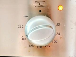 小白烤鸡,烤箱预热200度!