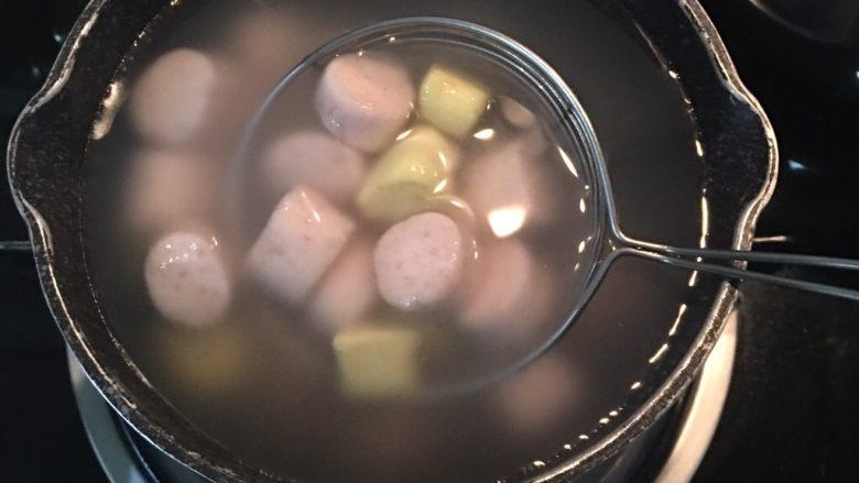 芋圆地瓜圆,煮时,请将姜汤或其他甜汤与芋圆、地瓜圆分两锅煮;水滚后才放芋圆和地瓜圆,