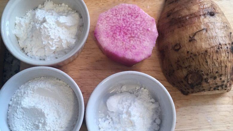 芋圆地瓜圆,将用粉都秤好备用,加紫山药是为了增色,如不加则可全用芋头。