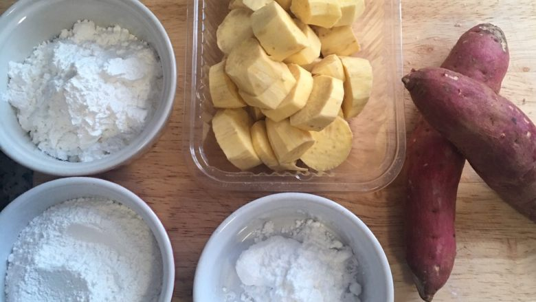 芋圆地瓜圆,地瓜去皮后切小块,用粉也都秤好量。